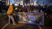 Demonstran membuat barikade saat bentrok dengan polisi dalam protes penangkapan rapper Pablo Hasel di Barcelona, Spanyol, Selasa (16/2/2021). Pablo Hasel menggambarkan kasusnya sebagai perjuangan untuk kebebasan berbicara. (AP Photo/Emilio Morenatti)