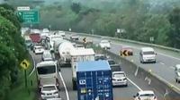 Kemacetan sepanjang dua kilometer terjadi ruas Tol Cipularang Kilometer 84 (Liputan 6 SCTV).