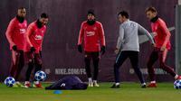 Penyerang Barcelona Lionel Messi (dua kiri) berlatih jelang menghadapi Tottenham Hotspur pada matchday 6 Grup B Liga Champions di Pusat Olahraga Joan Gamper, Sant Joan Despi, Spanyol, Senin (10/12). (AP Photo/Joan Monfort)