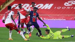 Penyerang PSG, Moise Kean, berusaha mencetak gol ke gawang AS Monaco pada laga lanjutan Liga Prancis di Stadion Stade Louis II, Sabtu (21/11/2020) dini hari WIB. PSG takluk 2-3 oleh AS Monaco. (AFP/Valery Hache)