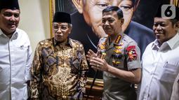 Kapolri Jenderal Pol Idham Azis disambut oleh Ketum PBNU Said Aqil Siradj saat menyambangi Gedung PBNU di Jakarta, Selasa (12/11/2019). Kedatangan Idham merupakan tradisi pimpinan polri yang selalu menjalin silaturahmi dengan komponen masyarakat, salah satunya PBNU. (Liputan6.com/Faizal Fanani)