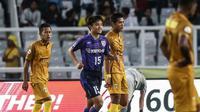 Striker muda FC Tokyo yang dijuluki Messi dari Jepang, Takefusa Kubo, berhasil mencetak dua gol dalam kemenangan 4-2 atas Bhayangkara FC di Stadion Utama Gelora Bung Karno, Senayan, Jakarta, Sabtu (27/1/2018). (Liputan6.com/Faizal Fanani)