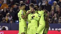 Para pemain Barcelona merayakan gol ke gawang Levante pada laga La Liga di Stadion Ciudad de Valencia, Valencia, Minggu (16/12/2018). (AFP/Jose Jordan)