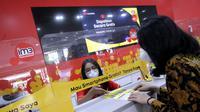 Indosat Ooredoo menggandeng Erajaya, menghadirkan konsep SIS di gerai Erajaya. Pelanggan Indosat bisa membeli berbagai produk telekomunikasi Indosat di gerai Erajaya (Foto: Indosat Ooredoo).