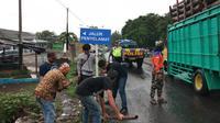 Protes sering kecelakaan, aksi Pemuda Paguyangan Bumiayu turun ke jalan pasang papan petunjuk jalur keselamatan. (Liputan6.com/Fajar Eko Nugroho)
