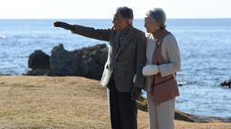 Kaisar Jepang Akihito bersama Permaisuri Michiko berjalan-jalan di pantai dekat Hayama Imperial Villa, Prefektur Kanagawa, Senin (21/1). Akihito akan menjadi kaisar Jepang pertama yang turun takhta dalam 200 tahun terakhir. (Kazuhiro NOGI/AFP)