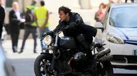 Tom Cruise saat mengendarai BMW R NineT (visordown)