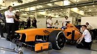 Fernando Alonso kembali mengemudikan McLaren 17 jam setelah menyatakan penisun dari ajang balapan F1. (motorsport/ Jon Noble)