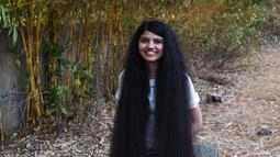 Gadis asal India, Nilanshi Patel (17) berpose untuk foto di kota Modasa, Ahmedabad, Minggu (19/1/2020). Pada 2018, Patel mencatatkan dirinya dalam daftar Guinness World Records pada kategori yang sama, yaitu pemilik rambut terpanjang di dunia dengan panjang hingga 170,5 cm. (SAM PANTHAKY/AFP)