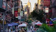 Orang-orang berjalan melalui restoran yang mengoperasikan area luar ruangan (outdoor) hingga ke trotoar dan jalanan di New York, 3 Oktober 2020. Kota itu mengizinkan restoran membuat area makan outdoor sebagai upaya mengatasi dampak ekonomi COVID-19 yang berkelanjutan. (AP Photo/John Minchillo)