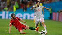 Gelandang Spanyol, Isco berusah membawa bola melewati pemain Portugal Bernardo Silva saat bertanding pada grup B Piala Dunia 2018 di Stadion Fisht di Sochi, Rusia (15/6). Portugal dan Spanyol bermain imbang 3-3. (AP Photo/Sergei Grits)