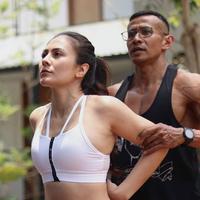 Wulan Guritno melakukan latihan olahraga (Instagram/wulanguritno)