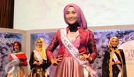 Salah satu finalis berpose dan memperkenalkan diri pada saat jumpa pres Puteri Muslimah Indonesia 2016 di SCTV Tower, Jakarta, Selasa (3/5). 20 finalis Puteri Muslimah akan m