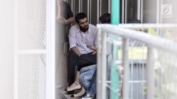 Aktor Fachri Albar ditemani istri Renata Kusmanto seperti sidang-sidang sebelumnya di ruang tahanan Pengadilan Negeri Jakarta Selatan, Selasa (5/6). (Liputan6.com/Faizal Fanani)