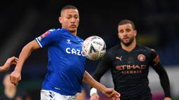 Striker Everton, Richarlison (kiri) menguasai bola di depan bek Manchester City, Kyle Walker dalam laga perempatfinal Piala FA 2020/2021 di Goodison Park, Liverpool, Sabtu (20/3/2021). Everton kalah 0-2 dari Manchester City. (AFP/Paul Ellis/Pool)