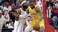 LeBron James (no 23) berduel dengan James Harden pada laga NBA (AP)