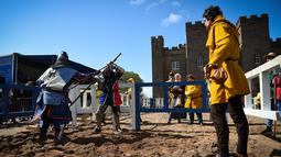 Peserta bertarung di dalam arena kategori polearm saat mengikuti kompetisi IMCF di Scone Palace, Perthshire, Skotlandia (10/5). Acara ini diikuti ratusan orang dari 26 negara. (AFP/Andy Buchanan)