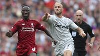 Gelandang Liverpool, Naby Keita, beradu lari dengan striker West Ham, Marko Arnautovic, pada laga Premier League di Stadion Anfield, Minggu (12/8/2018). Liverpool menang 4-0 atas West Ham. (AP/David Davies)