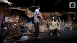 Pemain sedang memerankan tokoh di sanggar Teater Koma, Jakarta, Selasa (29/10/2019). Teater Koma kembali memproduksi ke-159 dengan judul terbarunya J.J Sampah-Sampah Kota yang ditulis oleh N, Riantiarno. (Liputan6.com/Fery Pradolo)