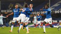 Gelandang Everton, Gylfi Sigurdsson (tengah), melakukan selebrasi bersama rekan-rekannya usai mencetak gol ke gawang Chelsea lewat eksekusi penalti dalam laga lanjutan Liga Inggris 2020/21 pekan ke-12 di Goodison Park Stadium, Sabtu (12/12/2020). Everton menang 1-0 atas Chelsea. (AFP/Jon Super/Pool)