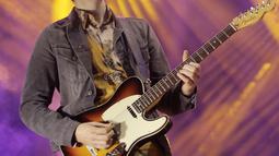 "Gitaris Kodaline, Mark Prendergast saat tampil di atas panggung dalam konser bertajuk ""Politics of Living Tour 2019""di Istora Senayan, Jakarta, Jumat (1/3). Kodaline membawakan 17 lagu hits. (Fimela.com/Bambang E.Ros)"