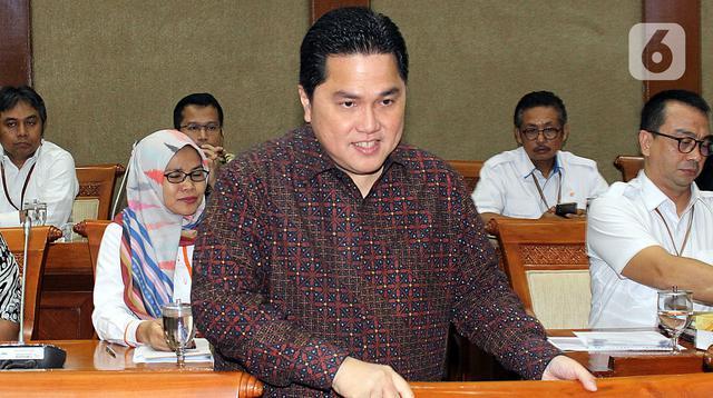 Menteri Badan Usaha Milik Negara (BUMN) Erick Thohir bersiap mengikuti rapat dengan Komisi VI DPR, di kompleks Parlemen, Jakarta, Senin (2/12/2019). Rapat tersebut membahas Penyertaan Modal Negara (PMN) pada Badan Usaha Milik Negera tahun anggaran 2019 dan 2020. (Liputan6.com/Johan Tallo)