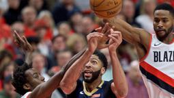 Para pemain Portland Trail Blazers mencoba menghalau bola tembakan pemain Pelicans, Anthony Davis (tengah)  pada laga Playoffs game ke-2 NBA basketball di Moda Center, Portland, (17/4/2018). Pelicans menang 111-102. (AP/Craig Mitchelldyer)