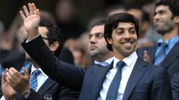Suksesnya Manchetser City dalam menembus papan atas Liga Inggris tak lepas dari pengaruh finansial pemiliknya, Sheikh Mansour. Keluarga Kerajaan UAE ini mulai mengakui Man City sejak 2008 silam. Ia juga mampu menggelontorkan banyak dana untuk meningkatkan level The Citizen. (AFP/Andrew Yates)