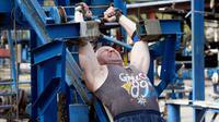 Seorang pria berlatih menarik beban di outdoor gym atau pusat kebugaran terbuka di tepi Sungai Dnipro, Kiev, Ukraina, Kamis (18/4). Tempat kebugaran terbuka untuk semua usia ini juga gratis untuk dipakai. (AP Photo/Efrem Lukatsky)