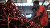 Pedagang cabai menggelar dagangannya di Pasar Induk Kramat Jati, Jakarta, Senin (8/7/2019). Harga cabai di pasar itu mengalami kenaikan dikarenakan berkurangnya pasokan dari petani akibat musim kemarau yang menyebabkan menurunnya jumlah produksi. (merdeka.com/Iqbal S Nugroho)