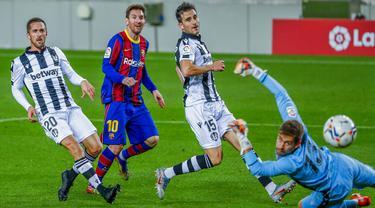 Pemain Barcelona Lionel Messi mencetak gol ke gawang Levante pada pertandingan La Liga Spanyol di Stadion Camp Nou, Barcelona, Spanyol, Minggu (13/12/2020). Barcelona menang 1-0.(AP Photo/Joan Monfort)
