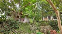 Penampakan beberapa rumah di Blok Tarikolot Desa Sidamukti Kabupaten Majalengka yang sejak lama ditinggal penduduknya akibat longsor tahunan. Foto (Liputan6.com / Panji Prayitno)