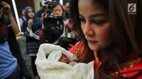 Artis Olla Ramlan saat memberikan keterangan kelahiran anak ke tiganya di RSUD Bunda Jakarta, Selasa (7/11). Olla Ramlan melahirkan bayi perempuan melalui persalinan cesar, 3 November 2017 lalu. (Liputan6.com/Faizal Fanani)