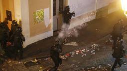 Polisi menembakan gas air mata ke arah demonstran di Old San Juan, Puerto Rico (22/7/2019). Para pengunjuk rasa menyerukan Gubernur Rosselló untuk mundur setelah obrolan kelompok terbuka termasuk komentar misoginis dan homofobik. (AFP Photo/Joe Raedle)