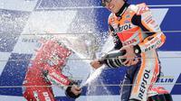 Ekspresi kegembiraan pembalap Repsol Honda, Marc Marquez, di podium MotoGP Aragon 2019, Minggu (22/9/2019). (AFP/Javier Soriano)