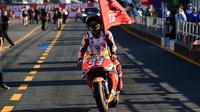 Pembalap Repsol Honda asal Spanyol, Marc Marquez tiba di pit balapan MotoGP Jepang 2018 setelah finis terdepan di Twin Ring Motegi, Minggu (21/10). Marquez menjadi pemenang dengan catatan waktu 42 menit 36,438 detik. (Martin BUREAU / AFP)