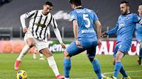 Riccardo Marchizza dari Spezia, tengah, dan Cristiano Ronaldo dari Juventus memperebutkan bola selama pertandingan sepak bola Serie A Italia antara Juventus dan Spezia di Allianz Stadium di Torino, Italia, Selasa, 2 Maret 2021. (Marco Alpozzi / LaPresse v