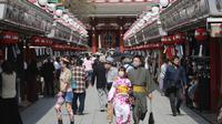 Pengunjung yang mengenakan masker wajah untuk melindungi dari penyebaran virus corona berjalan-jalan di distrik Asakusa di Tokyo, Jepang, Rabu (14/10/2020). Tokyo mengonfirmasi lebih dari 170 kasus virus corona baru pada hari Rabu. (AP Photo/Koji Sasahara)