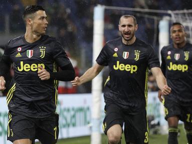 Para pemain Juventus merayakan gol yang dicetak oleh Cristiano Ronaldo pada laga Serie A di Stadion Olympic, Minggu (27/1). Juventus menang 2-1 atas Lazio. (AP/Gregorio Borgia)