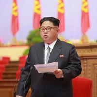 Kim Jong-un berdiri menyampaikan pidatonya dalam Kongres Partai Buruh Ke-7 Korea Utara (Reuters)