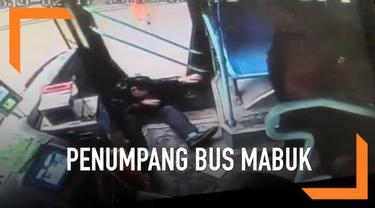 Seorang pria yang diduga mabuk memaki sopir bus karena menolak membayar tiket. Tiba-tiba salah saeorang penumpang menyerang pria tersebut.