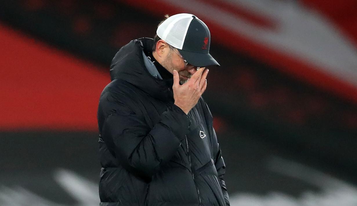 Pelatih Liverpool, Jurgen Klopp, tampak kecewa usai tim asuhannya kalah menghadapi Southampton pada laga lanjutan Liga Inggris, Selasa (5/1/2021). Liverpool takluk 0-1 menghadapi Southampton. (AFP/Adam Davy/pool)