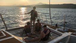Keempat sahabat ini menaiki kapal sambal menikmati sunset di tengah laut. (Liputan6.com/Twitter/@BTS_twt)