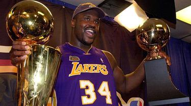 Shaquille O'Neal adalah legenda Lakers di tahun 2000-an bersama Kobe Bryant. Ia tercatat kantong delapan kali gelar individu diantaranya Rookie of The Years, Titel MVP tahun 2000 hingga 2003, MVP musim reguler pada tahun 2000, dan dua kali MVP All Star. (Foto: Getty Images via AFP/Stan Honda)