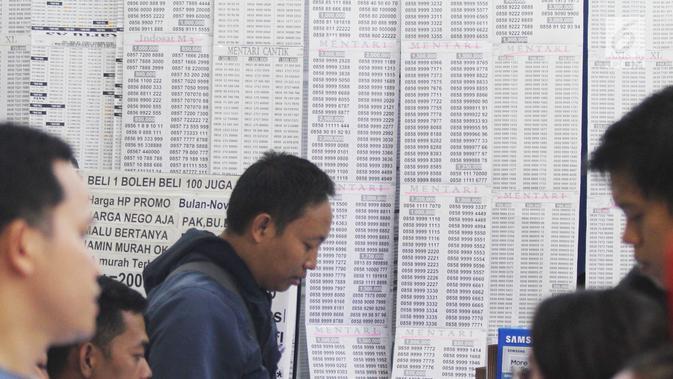 Deretan nomor selular prabayar baru di Jakarta, Jumat (3/11). Mulai 31 Oktober 2017, pelanggan kartu SIM prabayar baru (perdana) diwajibkan melakukan registrasi dengan mencantumkan NIK dan nomor Kartu Keluarga (KK). (Liputan6.com/Angga Yuniar)