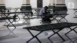 Petugas mengecek kondisi velbed di ruangan yang akan dijadikan tempat isolasi pasien COVID-19 di Aula Masjid KH Hasyim Asyari atau Masjid Raya Jakarta, Daan Mogot, Jumat (25/6/2021). Sebanyak 100 tempat tidur disiapkan bagi pasien OTG untuk dijadikan tempat isolasi mandiri (Liputan6.com/Johan Tallo
