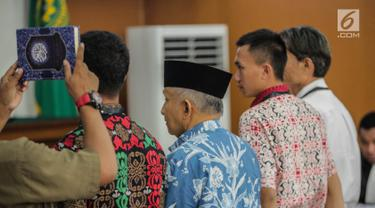 Ketua Dewan Kehormatan Partai Amanat Nasional (PAN), Amien Rais saat disumpah menjadi saksi dalam persidangan kasus berita bohong atau hoaks dengan terdakwa Ratna Sarumpaet di Pengadilan Negeri Jakarta Selatan, Kamis (4/4). Sidang kali ini beragendakan pemeriksaan saksi. (Liputan6.com/Faizal Fanani)