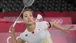 Pebulutangkis Jepang Nozomi Okuhara bermain melawan He Bing Jiao dari China pada perempat final bulu tangkis tunggal putri Olimpiade Tokyo 2020 di Musashino Forest Sports Plaza, Jumat (30/7/2021). Juara All England 2021 Nozomi Okuhara tersingkir dengan skor 13-21, 14-21. (AP/Dita Alangkara)