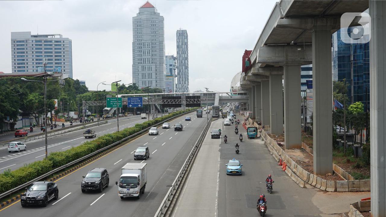 Arus lalu lintas di jalan tol dalam kota dan Jalan Gatot Soebroto, Jakarta, Selasa (21/4/2020). Adanya penerapan Pembatasan Sosial Berskala Besar (PSBB) membuat volume arus lalu lintas Ibu Kota relatif berkurang, meskipun masih ditemukan kemacetan di sejumlah titik. (Liputan6.com/Immanuel Antonius)