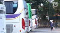 Calon penumpang membawa barang bawaannya di Terminal Poris Plawad, Tangerang, Banten, Jumat (30/4/2021). Kemenhub akan menempelkan stiker khusus pada kendaraan bus yang masih diperbolehkan beroperasi selama masa larangan mudik Lebaran pada 6-17 Mei 2021. (Liputan6 com/Angga Yuniar)